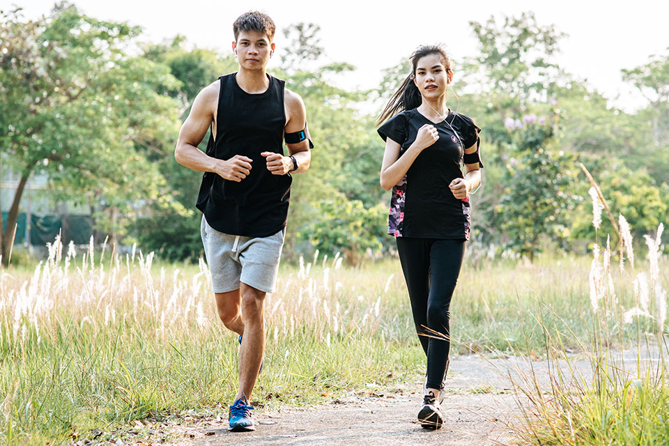 couple-running
